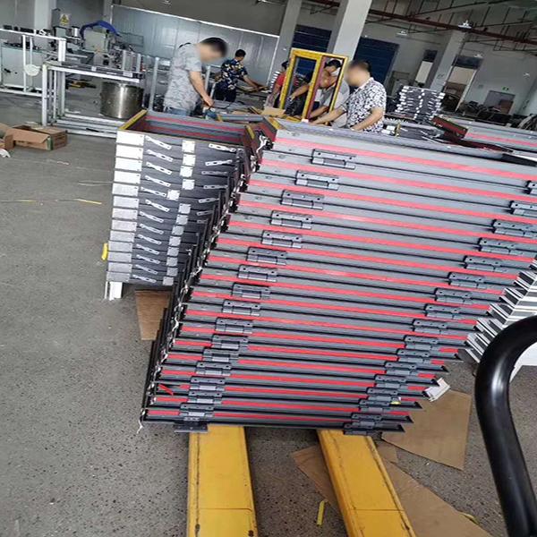 三乐门业工厂生产防火窗